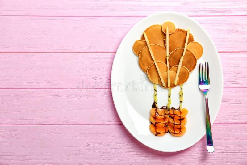Πιάτο με τις τηγανίτες με μορφή μπαλονιού ζεστού αέρα στοκ εικόνες