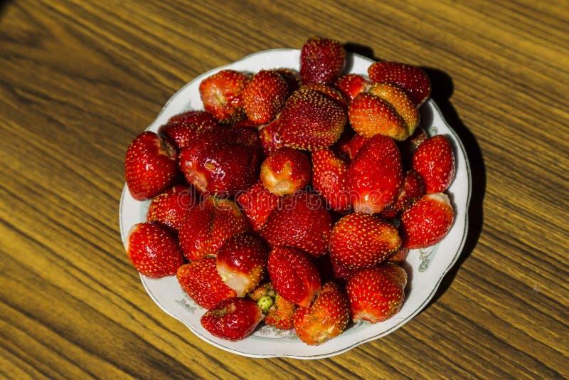 Πιάτο με τις φράουλες στοκ φωτογραφία