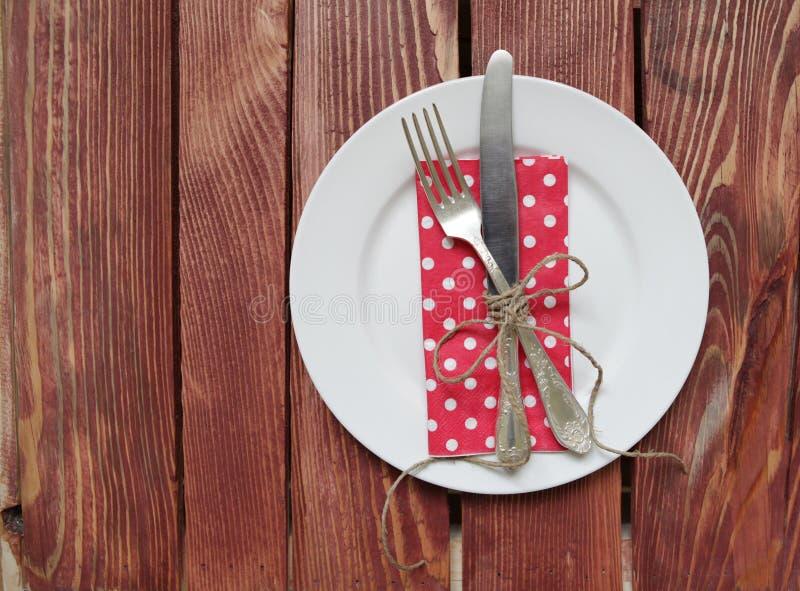 Πιάτο με το δίκρανο, το μαχαίρι και την πετσέτα στοκ φωτογραφία με δικαίωμα ελεύθερης χρήσης