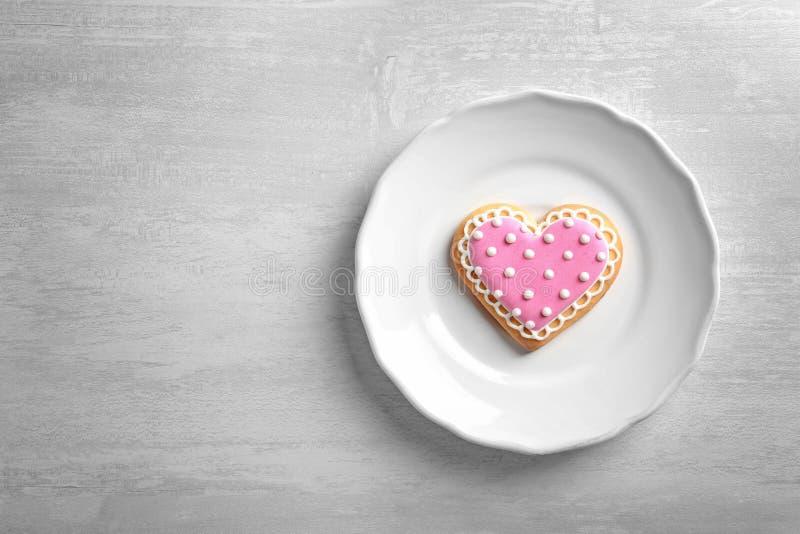 Πιάτο με το διακοσμημένο διαμορφωμένο καρδιά μπισκότο και διάστημα για το κείμενο στον πίνακα στοκ φωτογραφία με δικαίωμα ελεύθερης χρήσης