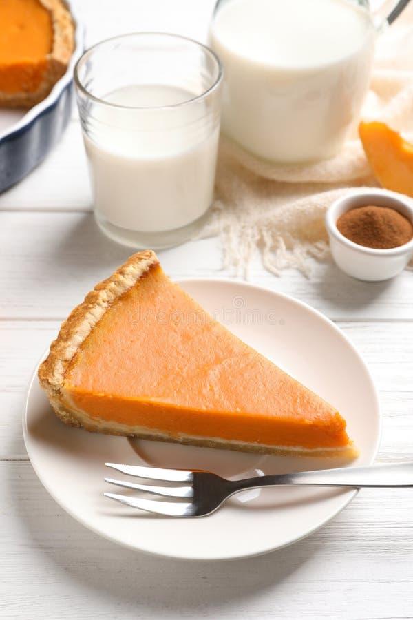 Πιάτο με το κομμάτι της φρέσκιας εύγευστης σπιτικής πίτας κολοκύθας στοκ εικόνες