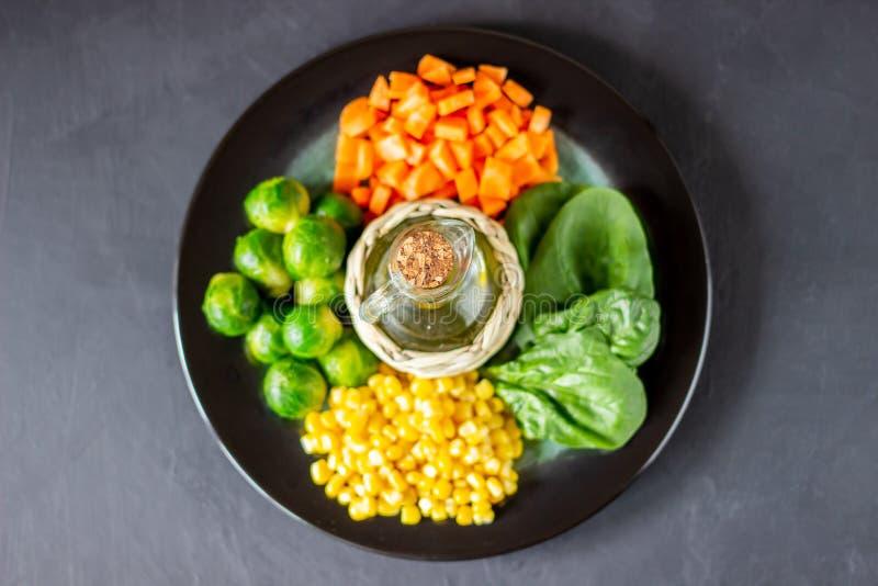 Πιάτο με το λάχανο, τα καρότα, το καλαμπόκι και το σπανάκι r στοκ φωτογραφίες