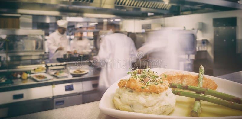 Πιάτο με το σπαράγγι σολομών και την πολτοποιηίδα πατάτα στοκ φωτογραφίες με δικαίωμα ελεύθερης χρήσης