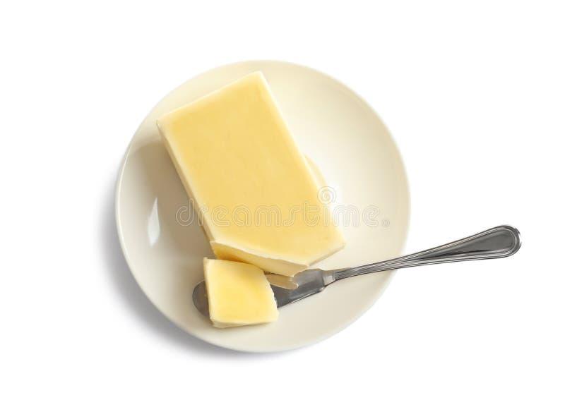 Πιάτο με το φρέσκο βούτυρο και μαχαίρι που απομονώνεται στο λευκό στοκ εικόνες