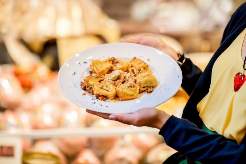 Πιάτο με το ring-shaped tortellini ζυμαρικών στοκ εικόνα με δικαίωμα ελεύθερης χρήσης