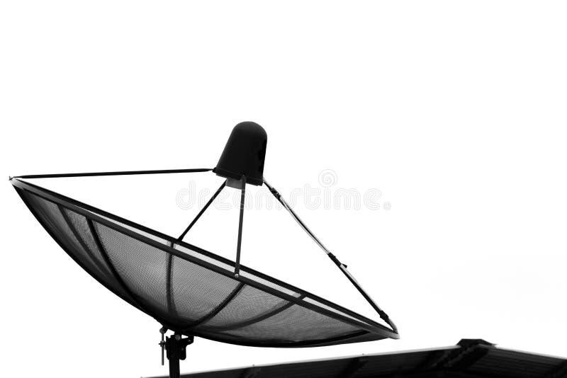 Πιάτο δορυφόρων επικοινωνίας στη στέγη με το άσπρο υπόβαθρο στοκ φωτογραφία