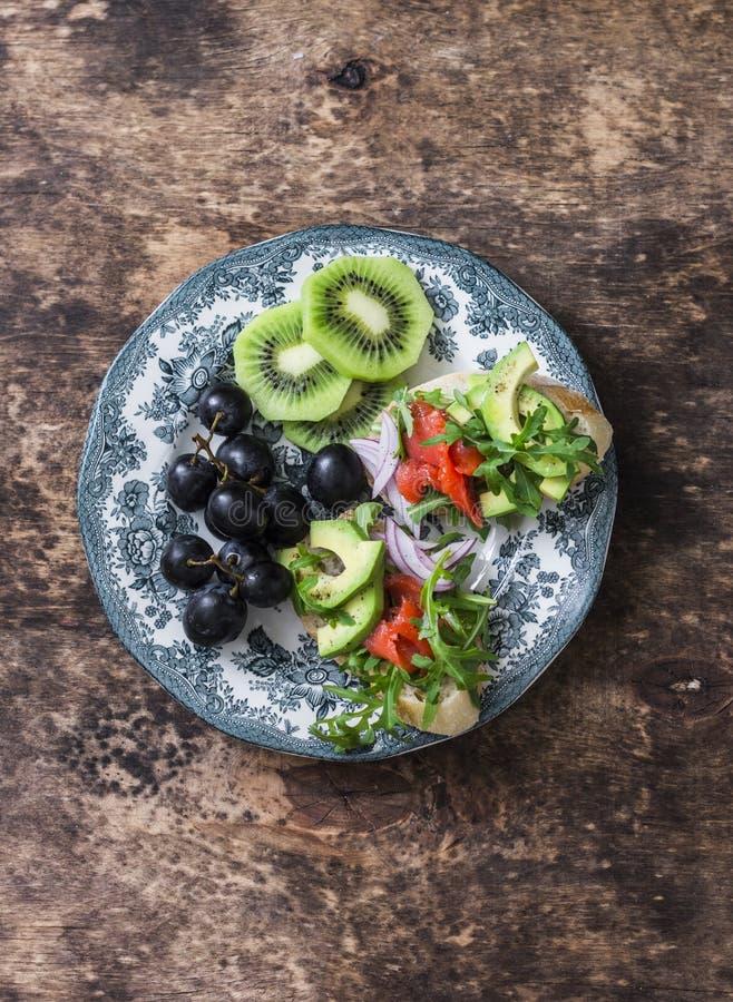 Πιάτο προγευμάτων, ορεκτικών ή πρόχειρων φαγητών - σολομός, αβοκάντο, bruschetta arugula, σταφύλια, ακτινίδιο τρόφιμα έννοιας υγι στοκ εικόνα με δικαίωμα ελεύθερης χρήσης