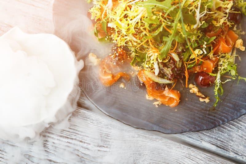 Πιάτο σαλάτας και ξηρός πάγος στοκ εικόνες