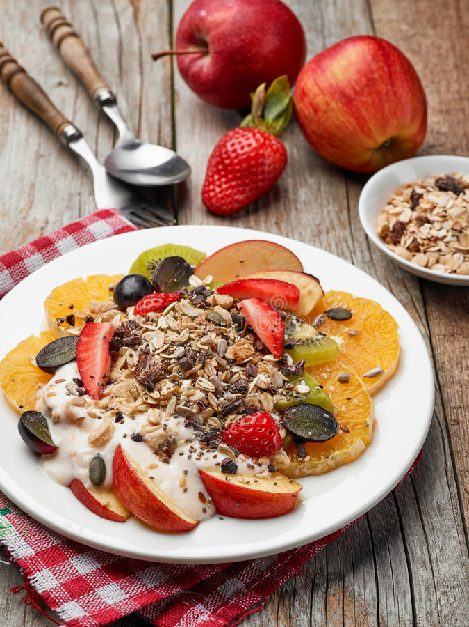 Πιάτο της σαλάτας φρούτων και μούρων στοκ εικόνα
