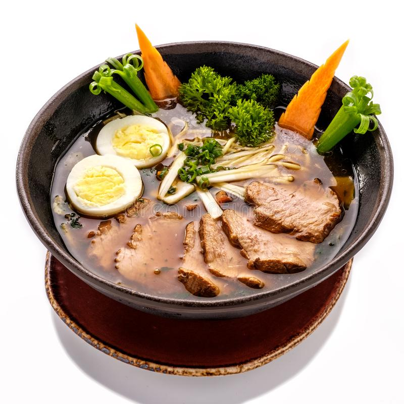 Πιάτο της σούπας Ramen με τα νουντλς και το βόειο κρέας στοκ φωτογραφίες