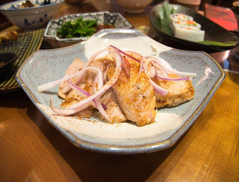 Πιάτο του ταϊβανικού ψημένου στη σχάρα ύφος κοτόπουλου με τις φέτες κρεμμυδιών στοκ φωτογραφία με δικαίωμα ελεύθερης χρήσης