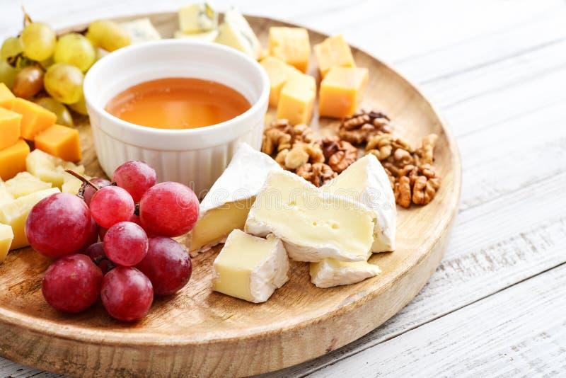 Πιάτο τυριών - διάφοροι τύποι τυριών με το μέλι στοκ φωτογραφίες