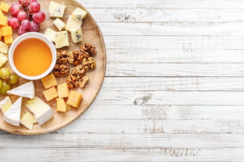 Πιάτο τυριών - διάφοροι τύποι τυριών με το μέλι στοκ φωτογραφία με δικαίωμα ελεύθερης χρήσης