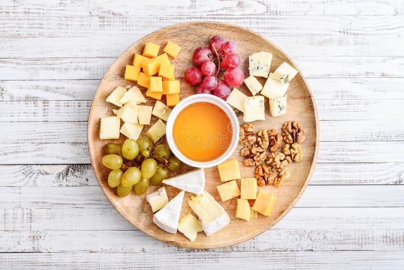 Πιάτο τυριών - διάφοροι τύποι τυριών με το μέλι στοκ φωτογραφίες με δικαίωμα ελεύθερης χρήσης