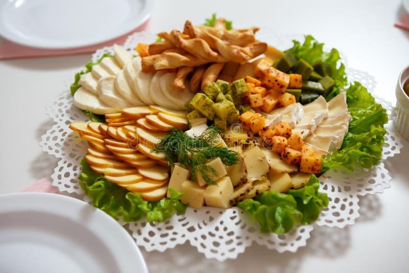 Πιάτο τυριών που εξυπηρετείται στον πίνακα στο εστιατόριο στοκ φωτογραφίες