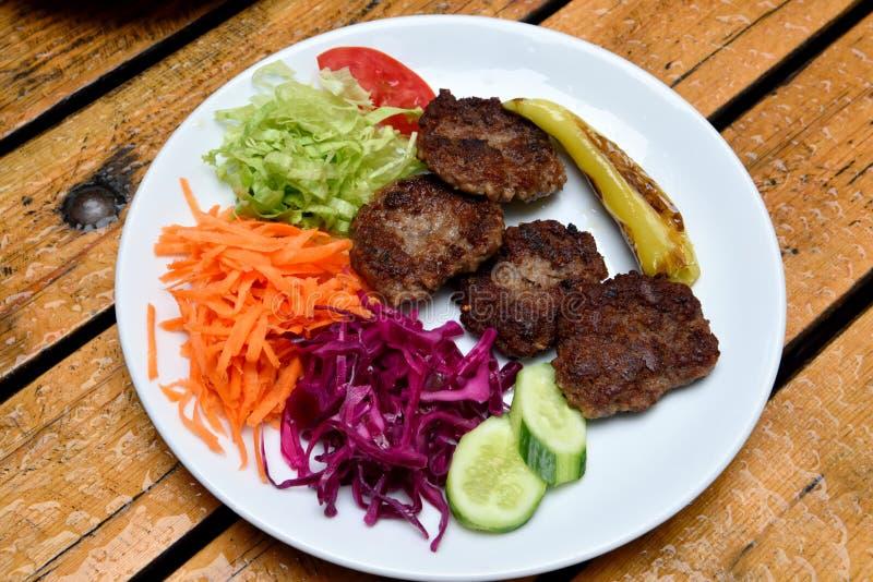 Πιάτο των κεφτών Akcaabat kofte με τη σαλάτα στοκ εικόνα με δικαίωμα ελεύθερης χρήσης
