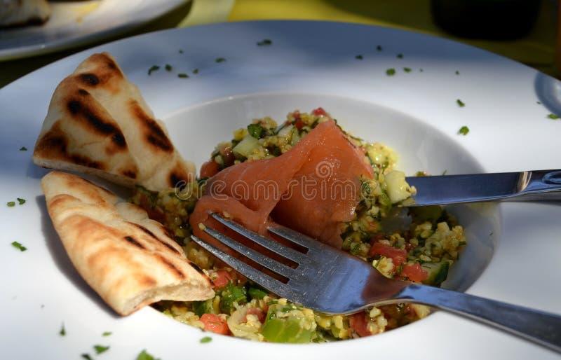 Πιάτο των φρέσκων ψωμιών σολομών, ρυζιού, λαχανικών και pitta στοκ εικόνες με δικαίωμα ελεύθερης χρήσης