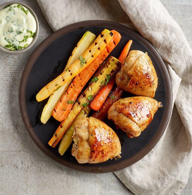 Πιάτο των ψημένων στη σχάρα ποδιών και των καρότων κοτόπουλου στοκ εικόνα με δικαίωμα ελεύθερης χρήσης