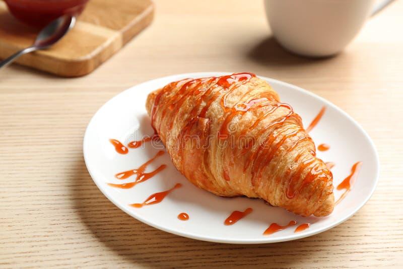Πιάτο φρέσκου croissant με τη μαρμελάδα στον ξύλινο πίνακα Γαλλική ζύμη στοκ φωτογραφία με δικαίωμα ελεύθερης χρήσης