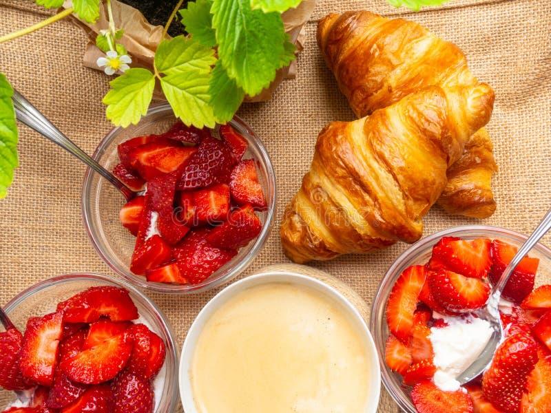 Πιάτο φρέσκων croissant και του φλιτζανιού του καφέ sackcloth στο υπόβαθρο στοκ εικόνα