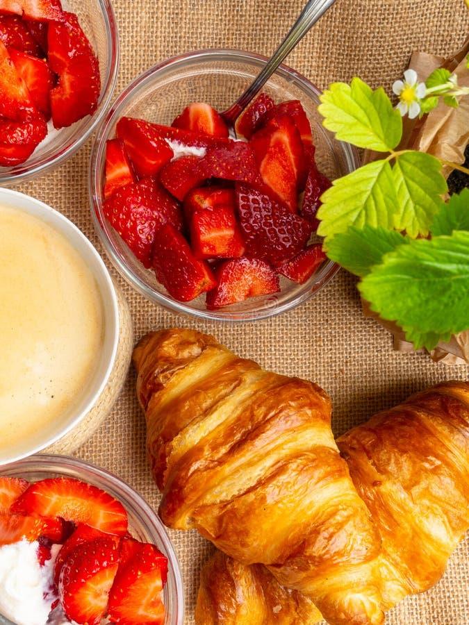 Πιάτο φρέσκων croissant και του φλιτζανιού του καφέ sackcloth στο υπόβαθρο στοκ φωτογραφίες
