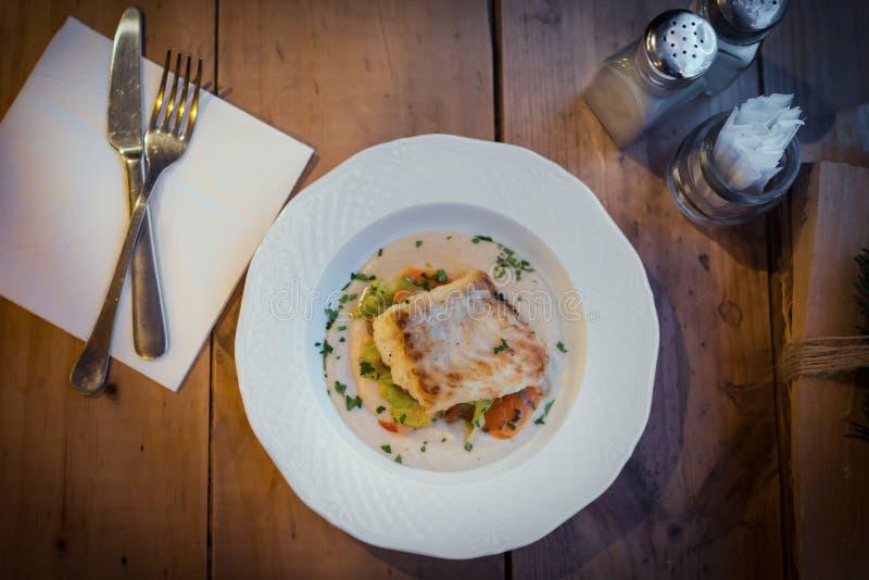 Πιάτο ψαριών στο γεύμα Χριστουγέννων στοκ εικόνες με δικαίωμα ελεύθερης χρήσης