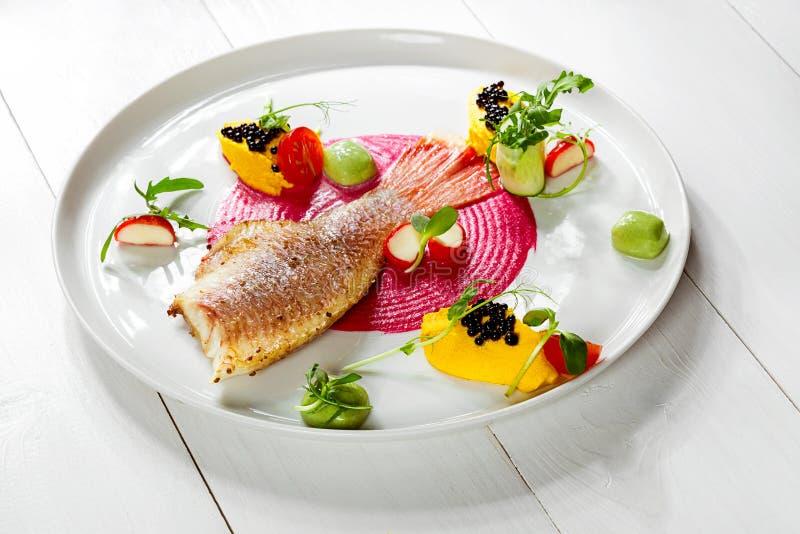 Πιάτο ψαριών - τηγανισμένα λωρίδα ψαριών και λαχανικά στοκ φωτογραφίες με δικαίωμα ελεύθερης χρήσης