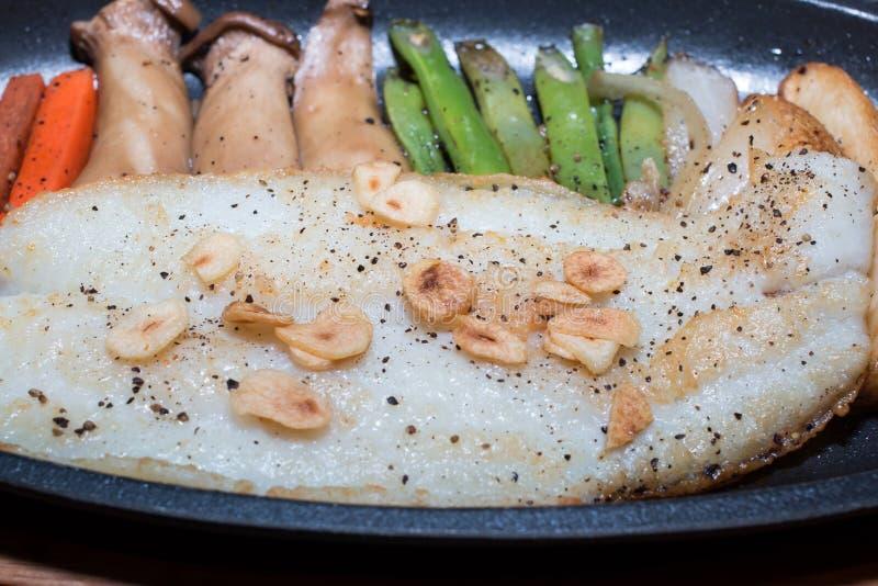 Πιάτο ψαριών - τηγανισμένη λωρίδα ψαριών με τα λαχανικά στοκ φωτογραφία