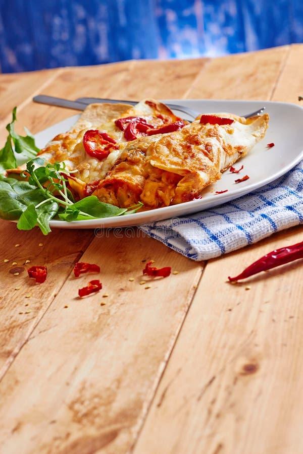 Πιάτο Enchiladas με το κόκκινο - καυτά τσίλι στοκ φωτογραφία