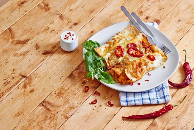Πιάτο Enchiladas με το κόκκινο - καυτή μπροστινή άποψη τσίλι στοκ εικόνα με δικαίωμα ελεύθερης χρήσης
