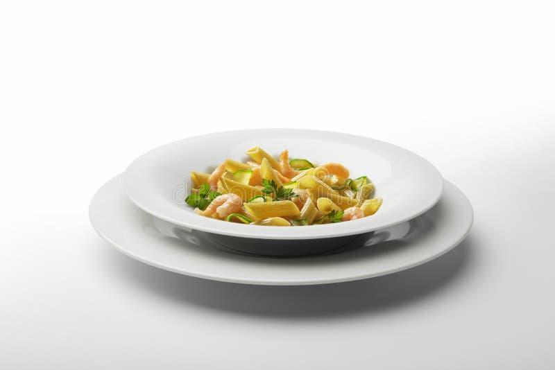 Πιάτο Penne ζυμαρικών με τις γαρίδες και τα λαχανικά στοκ εικόνες