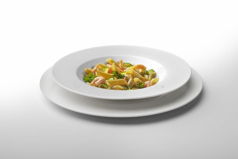 Πιάτο Penne ζυμαρικών με τις γαρίδες και τα λαχανικά στοκ φωτογραφία