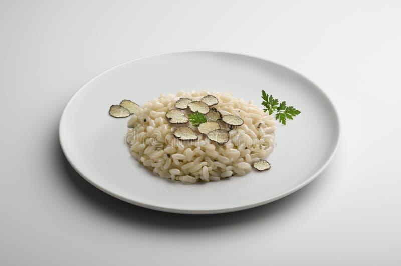 Πιάτο Risotto με τις μικρές φέτες της τρούφας στοκ εικόνα με δικαίωμα ελεύθερης χρήσης