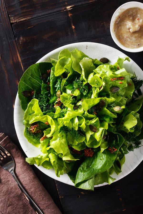 Πιάτων πράσινη τοπ άποψη επιτραπέζιων υγιής διαιτητικών τροφίμων σαλάτας ξύλινη στοκ εικόνα
