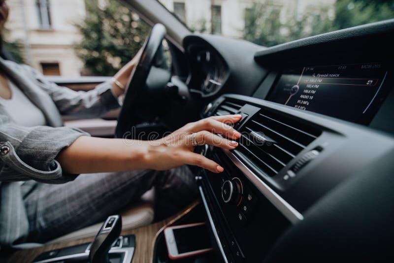 Πιέζοντας κουμπί έκτακτης ανάγκης δάχτυλων γυναικών στο ταμπλό αυτοκινήτων στοκ εικόνες με δικαίωμα ελεύθερης χρήσης