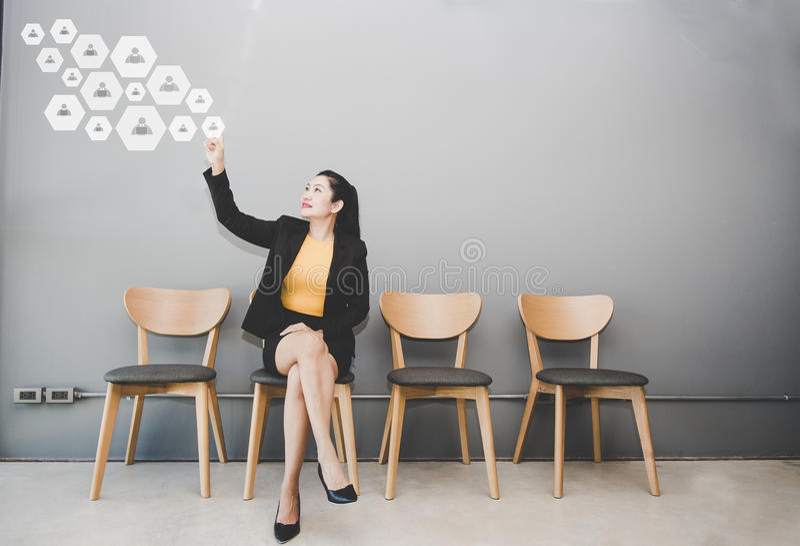 Πιέζοντας κουμπί επιχειρηματιών με την επαφή στην εικονική οθόνη Επιχείρηση, τεχνολογία, Διαδίκτυο στοκ φωτογραφίες