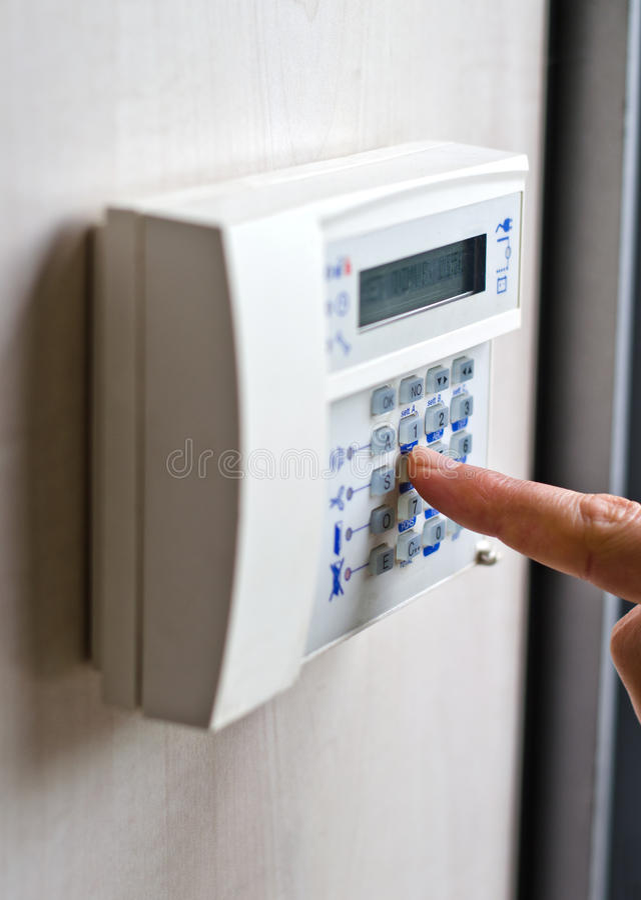 Πιέζοντας κλειδιά δάχτυλων στο αριθμητικό πληκτρολόγιο συναγερμών στοκ φωτογραφία