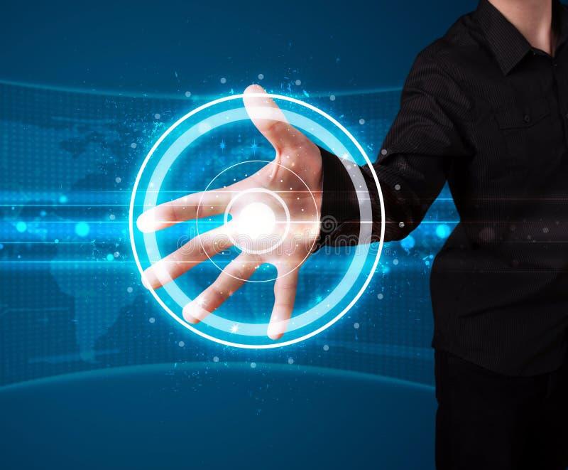Πιέζοντας τύπος υψηλής τεχνολογίας επιχειρηματιών σύγχρονων κουμπιών στοκ φωτογραφία με δικαίωμα ελεύθερης χρήσης