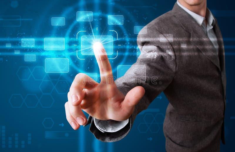 Πιέζοντας τύπος υψηλής τεχνολογίας επιχειρηματιών σύγχρονων κουμπιών στοκ εικόνα με δικαίωμα ελεύθερης χρήσης
