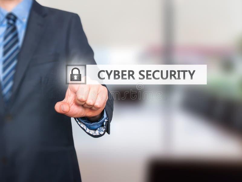 πιέζοντας cyber κουμπί ασφάλειας επιχειρηματιών στις εικονικές οθόνες στοκ εικόνες