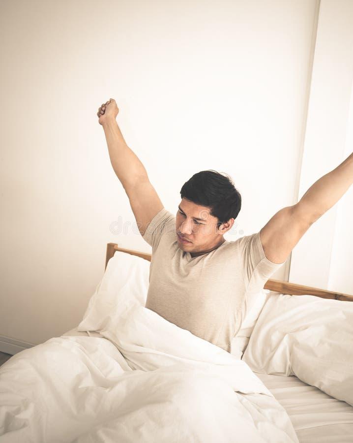 Πιέστε να βρεθεί ατόμων αργά το πρωί στο κρεβάτι στοκ εικόνα