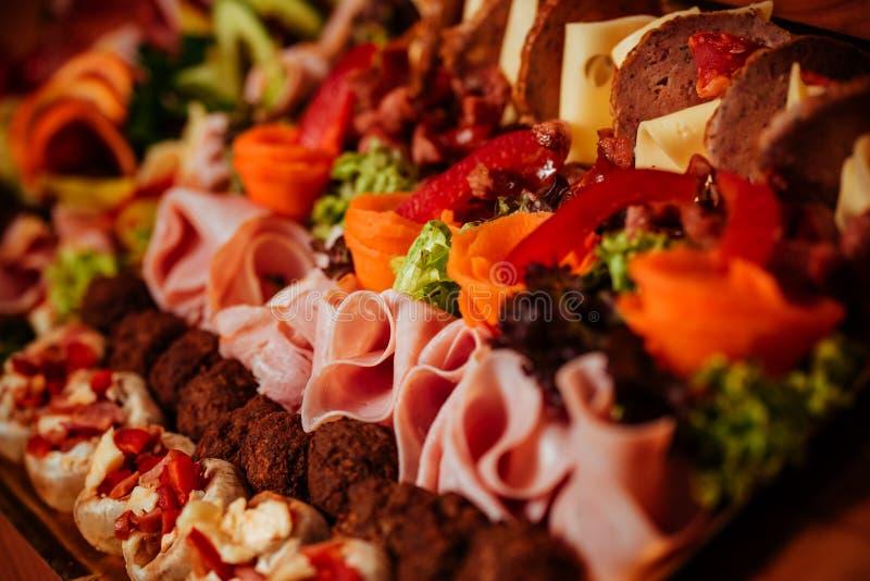 Πιατέλα κρέατος με το εύγευστο σαλάμι επιλογής, ζαμπόν, φρέσκο λουκάνικο στοκ φωτογραφία με δικαίωμα ελεύθερης χρήσης