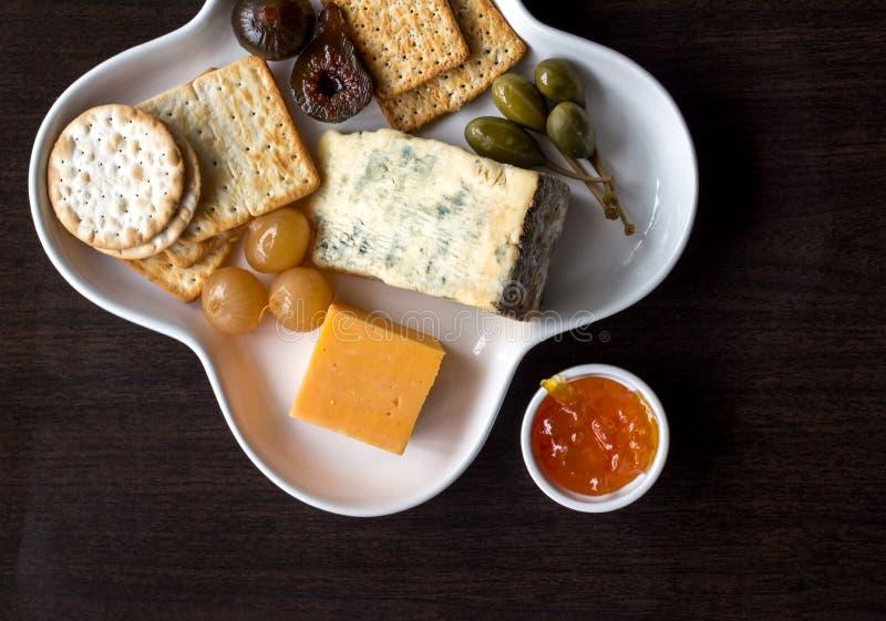 Πιατέλα πρόχειρων φαγητών με τις κροτίδες και το τυρί στοκ φωτογραφία