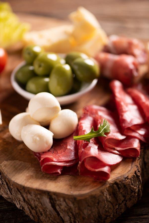 Πιατέλα τομέα εστιάσεως Antipasto με τις ελιές, jerky, το σαλάμι και το τυρί στοκ εικόνες