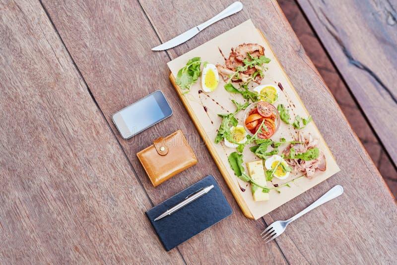 Πιατέλα της υγιούς σαλάτας για ένα επιχειρησιακό μεσημεριανό διάλειμμα στοκ φωτογραφίες με δικαίωμα ελεύθερης χρήσης