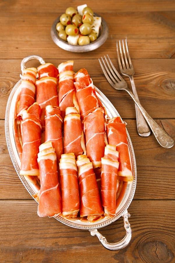 Πιατέλα του θεραπευμένου ζαμπόν κρέατος serrano jamon στοκ εικόνα