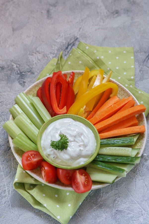 Πιατέλα των ανάμεικτων φρέσκων λαχανικών με την εμβύθιση στοκ φωτογραφίες με δικαίωμα ελεύθερης χρήσης