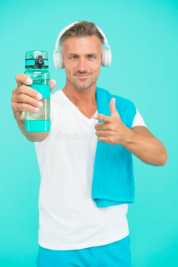 Πιείτε νερό αποφεύγετε τη δίψα Διψασμένο σημείο αθλητή στη φιάλη νερού Επιλεκτική εστίαση Προσαρμόστε τον άνθρωπο διαφημίστε το μ στοκ φωτογραφία με δικαίωμα ελεύθερης χρήσης
