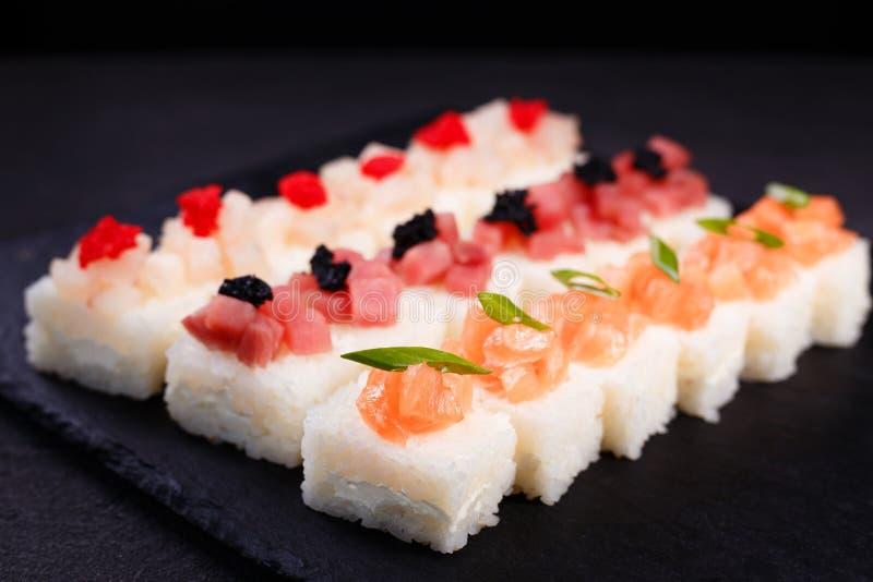 Πιεσμένα σούσια, ιαπωνική λιχουδιά, εστιατόριο στοκ φωτογραφία με δικαίωμα ελεύθερης χρήσης