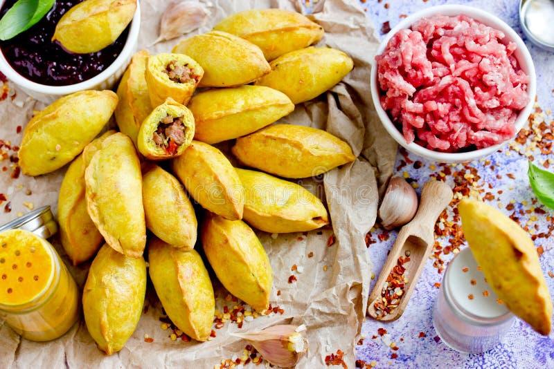 Πικάντικα empanadas βόειου κρέατος, ψημένα μίνι patties που γεμίζονται με τον κιμά στοκ εικόνα με δικαίωμα ελεύθερης χρήσης
